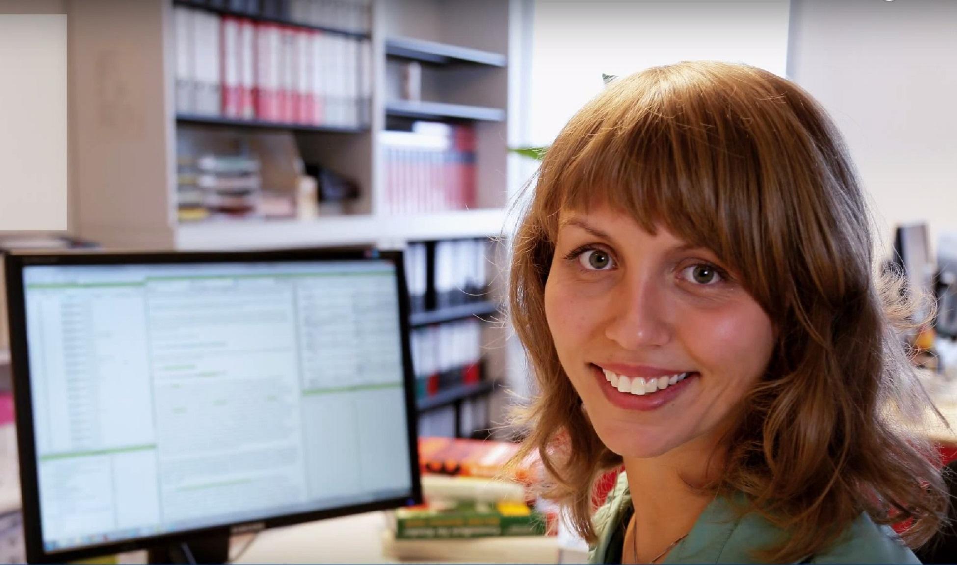 Nahaufnahme einer lächelnden Frau, die die Software Index-Manager verwendet
